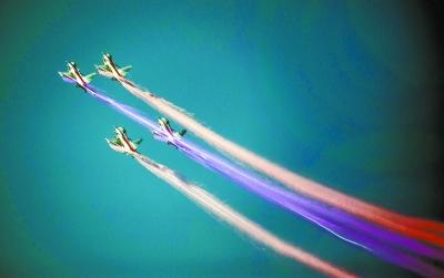 当日,珠海金湾机场迎来久违的蓝天,参加第十届中国国际航空航天