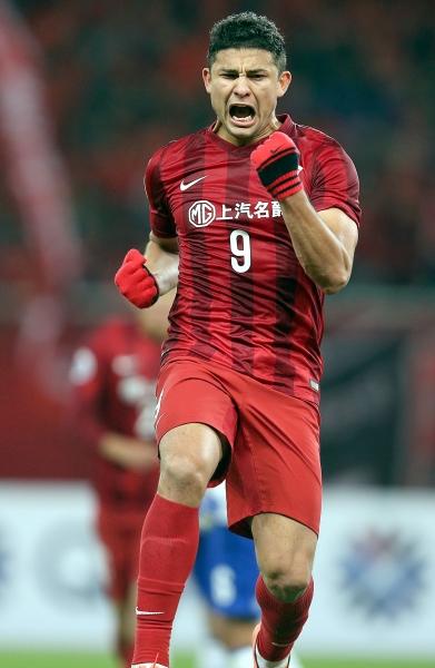 图为上海上港队球员埃尔克森庆祝进球