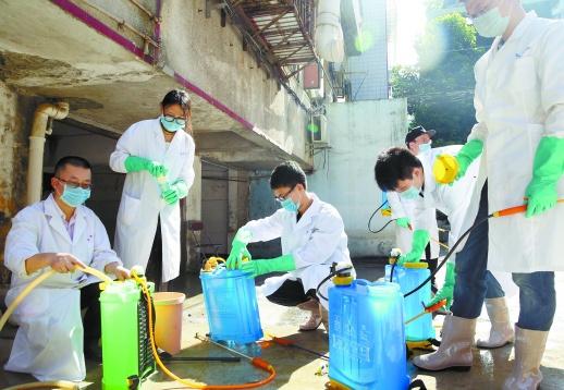 7月6日,南华大学的青年志愿者在洪水退后的衡阳市雁峰区高兴社区