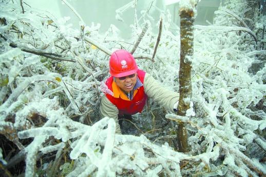 [综合] 新闻早餐丨我省部分高速被冰雪覆盖 高速交警昼夜抗冰保路 新湖南www.hunanabc.com