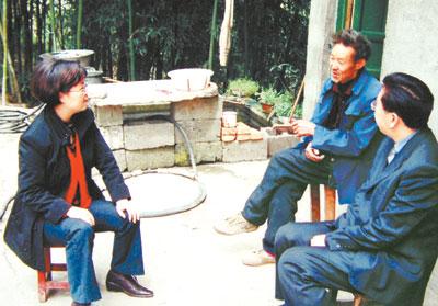 图为2006年10月,王瑛(左)在南江县杨坝镇尖山村与群众座谈,商讨致富
