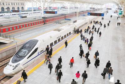 4月1日,旅客准备乘坐由青岛开往济南的d6006次列车. 新华社发