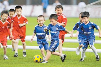 童足球俱乐部近年来在省会几十所幼儿园开展足球训练